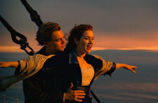 """Leonardo DiCaprio, izquierda, y Kate Winslet en una escena de """"Titanic"""" en una imagen proporcionada por Paramount Pictures. Veinte años después de que Leonardo DiCaprio y Kate Winslet se enamoraran a bordo de un barco condenado a hundirse, """"Titanic"""" regresará a los cines por una semana en diciembre de 2017 con una versión remasterizada.  (Paramount Pictures via AP)"""