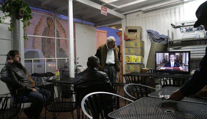 Un grupo de hispanos ve en televisión el discurso del presidente Obama en un restaurante mexicano en Los Ángeles. (AP/JAE C. WONG)