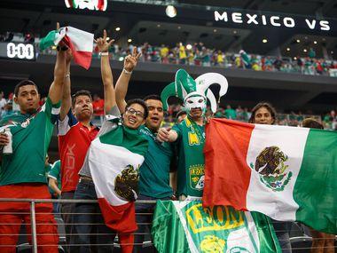 Aficionados de la selección mexicana apoyan a su equipo en un partido contra Ecuador efectuado en el AT&T Stadium de Arlington, el 31 de mayo de 2014.