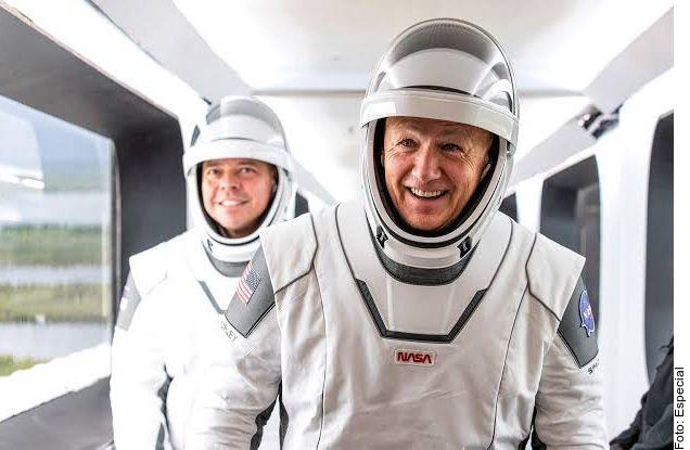 Los trajes de los astronautas de SpaceX cuentan con un micrófono que facilita la comunicación de los astronautas.