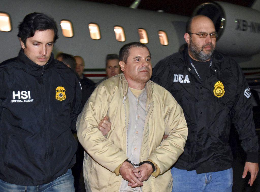 """ARCHIVOS – En esta fotografía de archivo del 19 de enero de 2017 agentes de la DEA escoltan al narcotraficante mexicano Joaquín """"El Chapo"""" Guzmán, al centro, después de bajar de un avión en Ronkonkoma, Nueva York. (Agencias policiales de EEUU vía AP, Archivo)"""