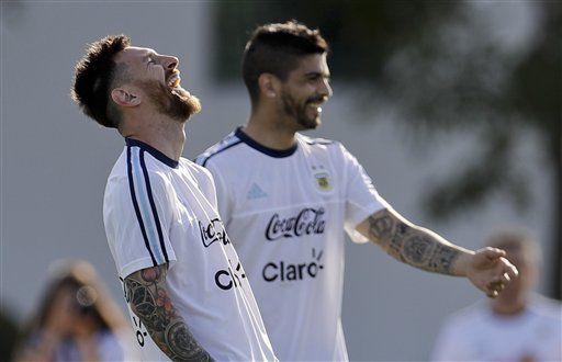 El jugador de la selección de Argentinal, Lionel Messi, izquierda, ríe en un entrenamiento el martes, 21 de marzo de 2017, en Buenos Aires. (AP Photo/Natacha Pisarenko)