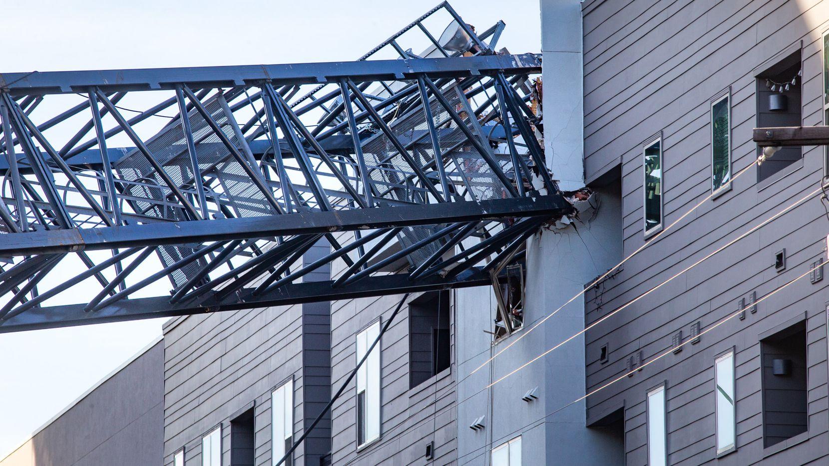 La grúa de construcción se derrumbó sobre los apartamentos Elan City Lights, junto al centro de Dallas.