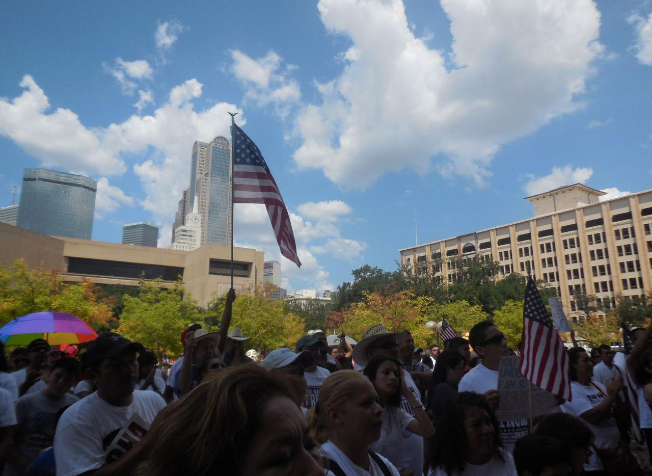 Más de 200 personas participaron en una manifestación en contra del candidato presidencial Donald Trump, el lunes enfrente de la Alcaldía de Dallas. (KARINA RAMÍREZ/AL DÍA)