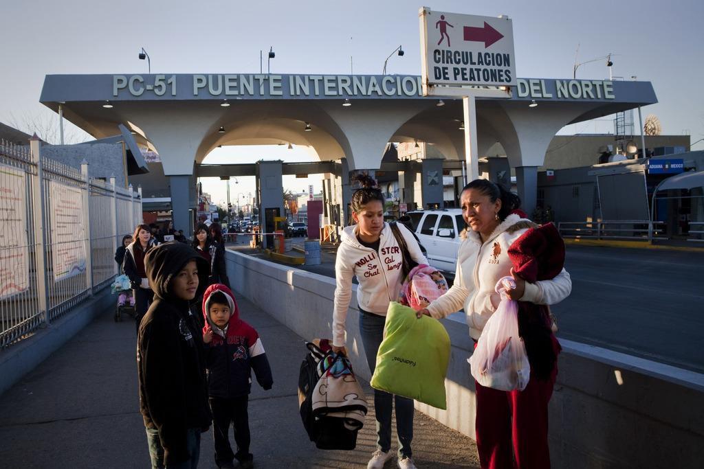 Activistas denuncian que los agentes de CBP en El Paso están rechazando gente que está cruzando el puente fronterizo, antes de llegar al control oficial. (NYT/KATIE ORLINSKY)