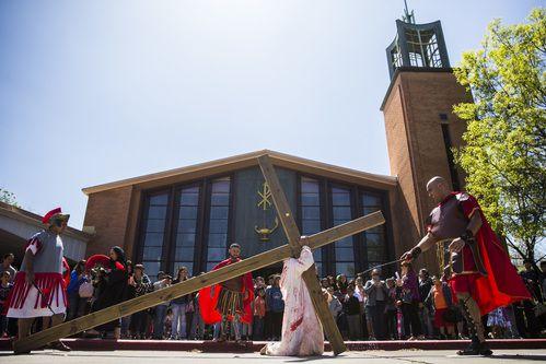 José  Mendoza Almendares  interpretó a Jesús en el viacrucis organizado por la iglesia Santa Mónica en Dallas. ASHLEY LANDIS/DMN