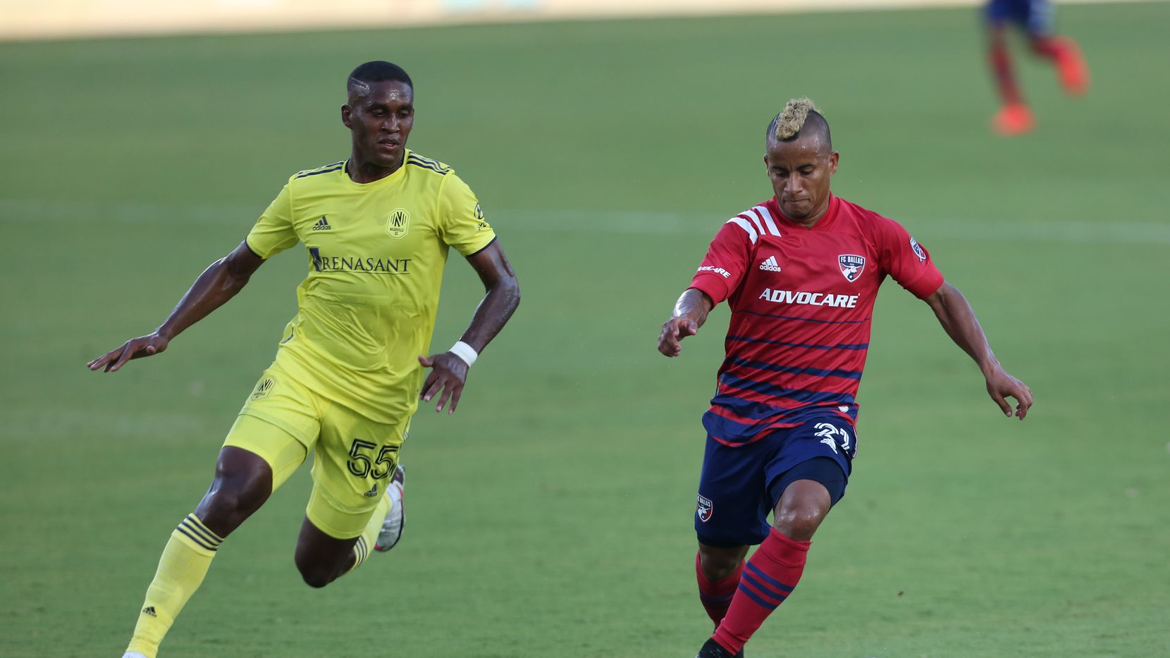 FRISCO, TX - AUGUST 12: Midfielder of FC Dallas Michael Barrios #21 fight the ball during a game between FC Dallas and Nashville SC at Toyota Stadium in Frisco, Texas. (Photo by Omar Vega / Al Dia)