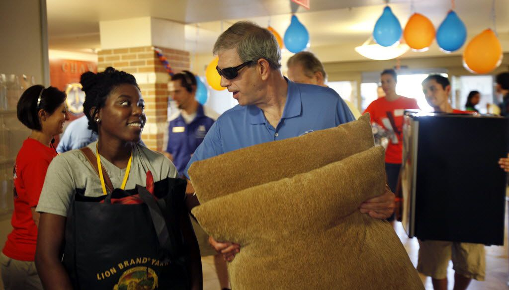 UT Arlington President James D. Spaniolo, right, helps April Hortt, 17, an incoming freshman from Dallas move her dorm room necessities into Kalpana Chawla hall, at UT-Arlington, Monday, August 22, 2011.  (Tom Fox/The Dallas Morning News)