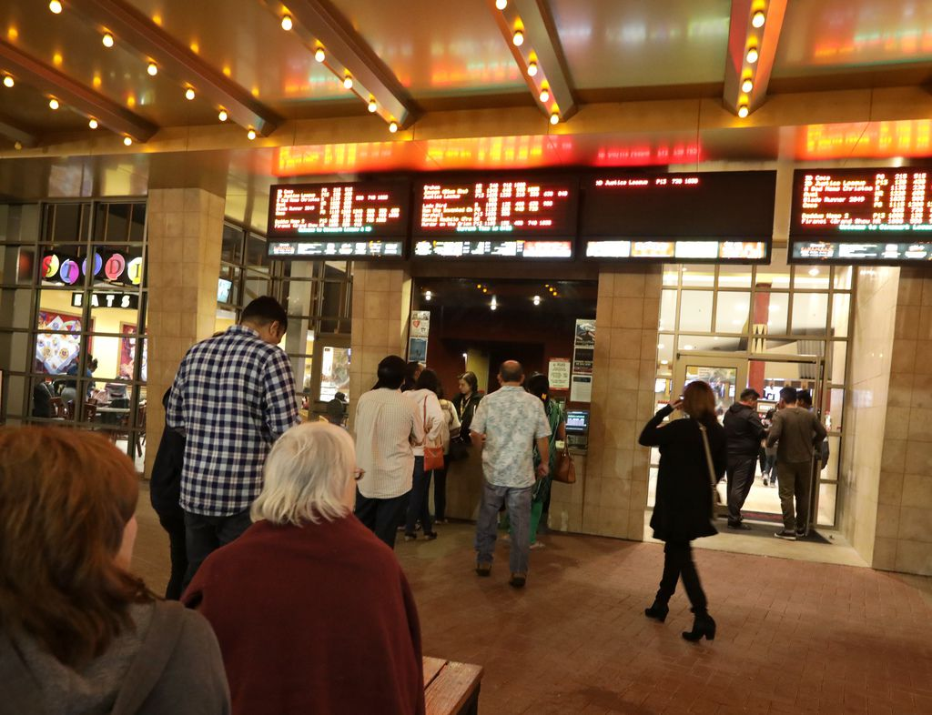Clientes compran boletos en un Cinemark en Plano.