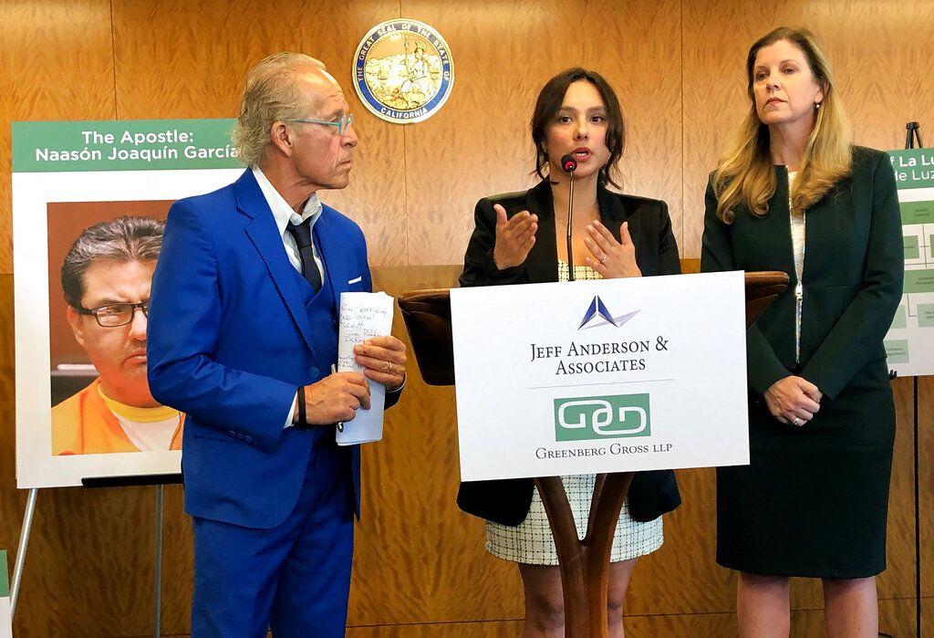 Sochil Martin, centro, con sus abogados Jeff Anderson y Deborah Mallgrave.