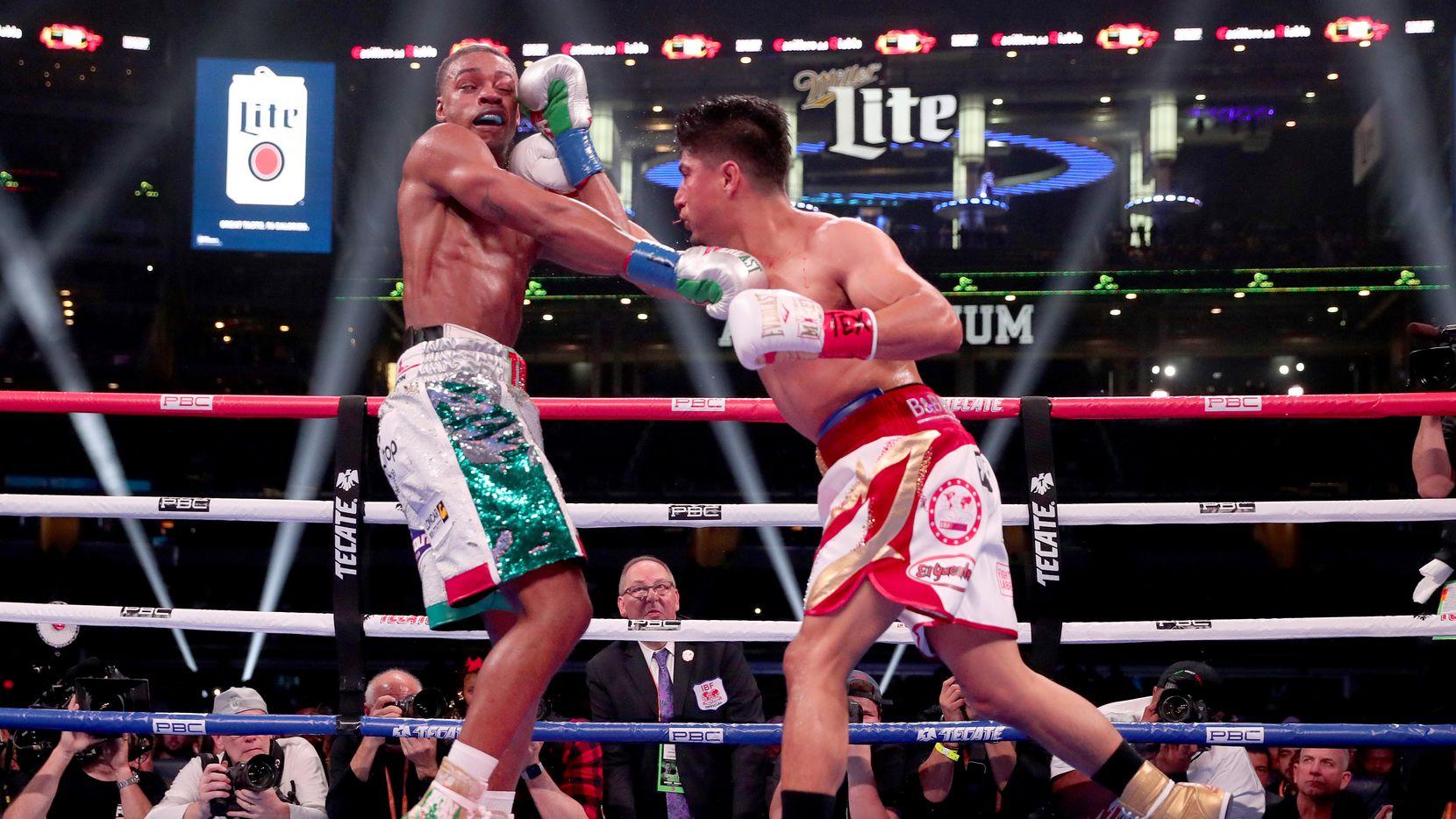 Errol Spence Jr.(izq) recibe un golpe de pelea  Mikey García en la pelea celebrada el 16 de marzo de 2019 en el AT&T Stadium de Arlington.