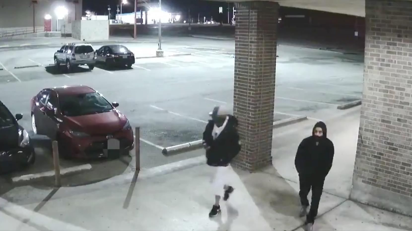 El Departamento de la Policía de Fort Worth reveló imágenes de los dos sospechosos de asaltar y matar a un hombre en una tienda de entretenimiento la semana pasada en el 3800 de Altamesa Boulevard.