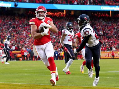 Blake Bell (izq) de los Chiefs de Kansas City,  anota en el partido de playoffs contra los Texans de Houston, el 12 de enero de 2020 en el Arrowhead Stadium de Kansas City.