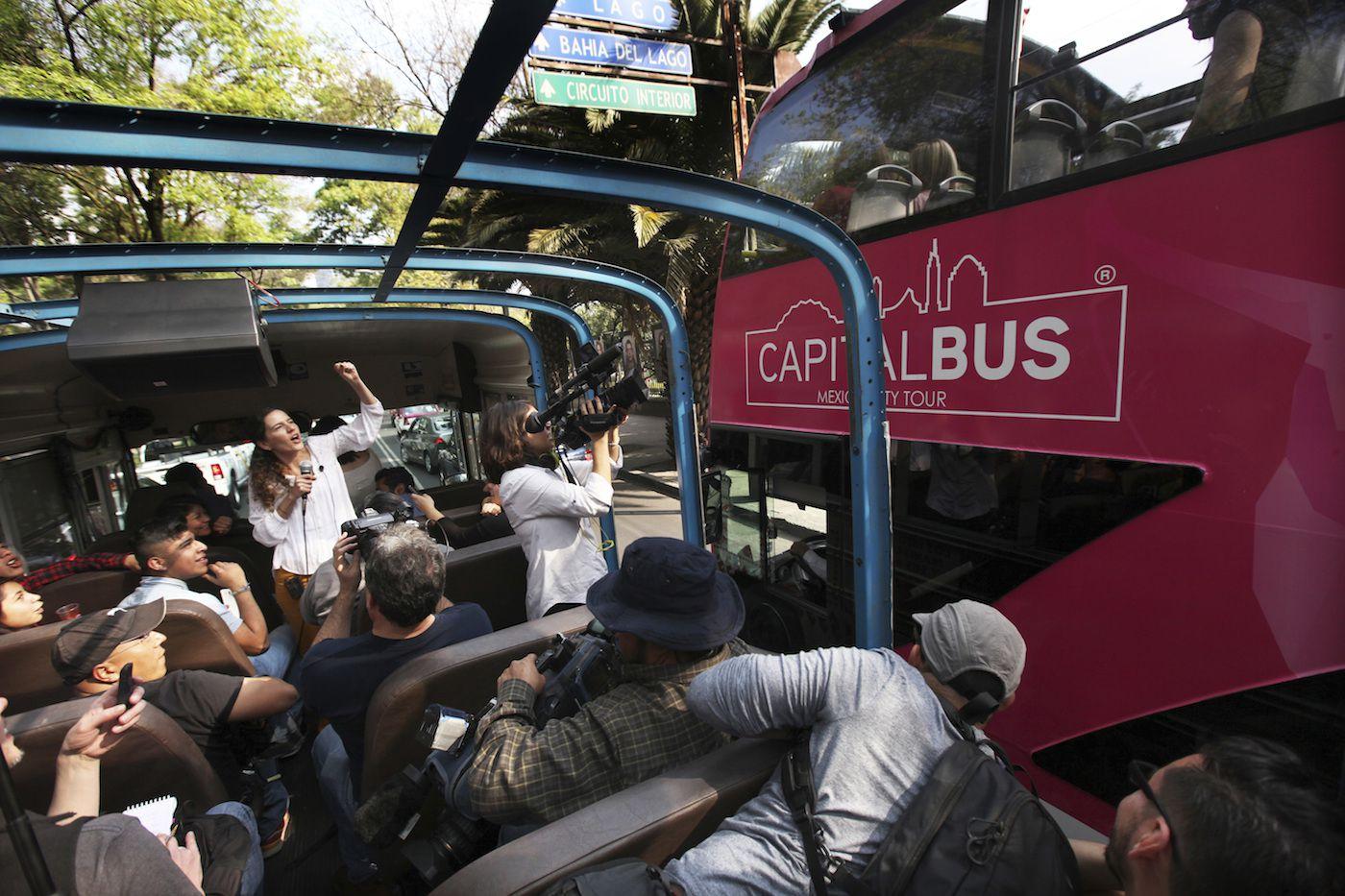 """El autobús del Corruptour pasa por las calles de la Ciudad de México el domingo 5 de febrero de 2017. Se trata de la más reciente adición a los recorridos en autobuses turísticos que pasean por la Ciudad de México: El Corruptour, que en vez de llevar a sus usuarios a plazas históricas e iglesias, coloca una luz poco halagadora al turbio mundo de los chanchullos mexicanos. También invita a los peatones y a los choferes que los ven pasar a gritar """"¡No más corrupción!"""". (Foto AP/Marco Ugarte)"""
