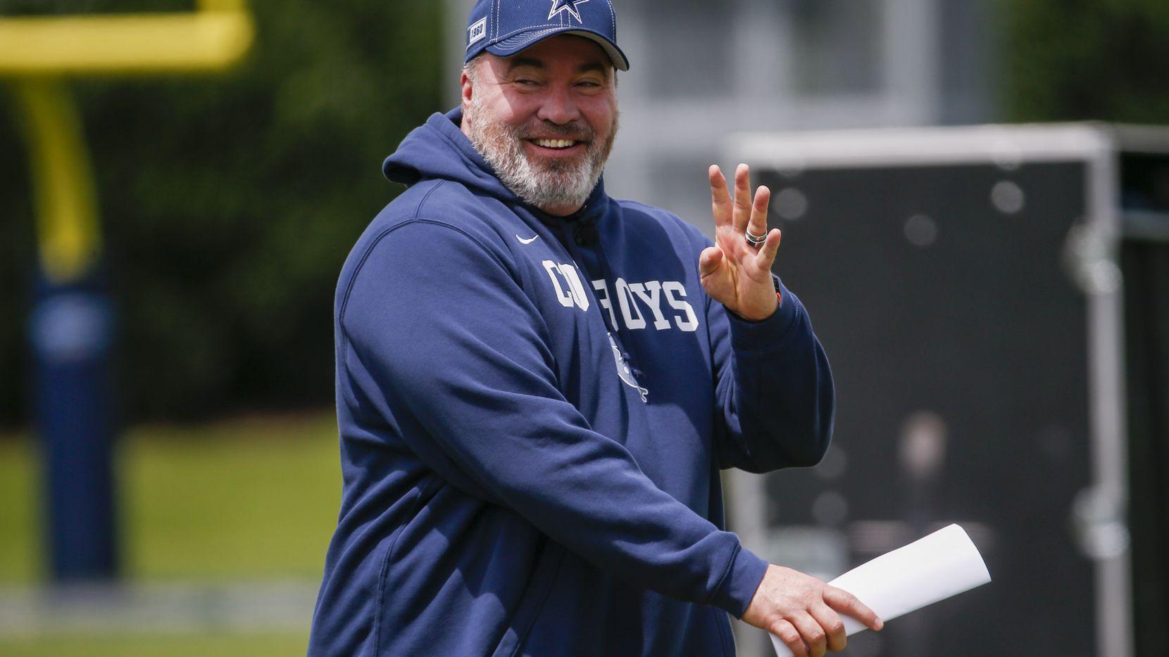 El entrenador en jefe de los Cowboys de Dallas, Mike McCarthy, dirigiendo una práctica del equipo en The Star de Frisco, el 3 de junio de 2021.