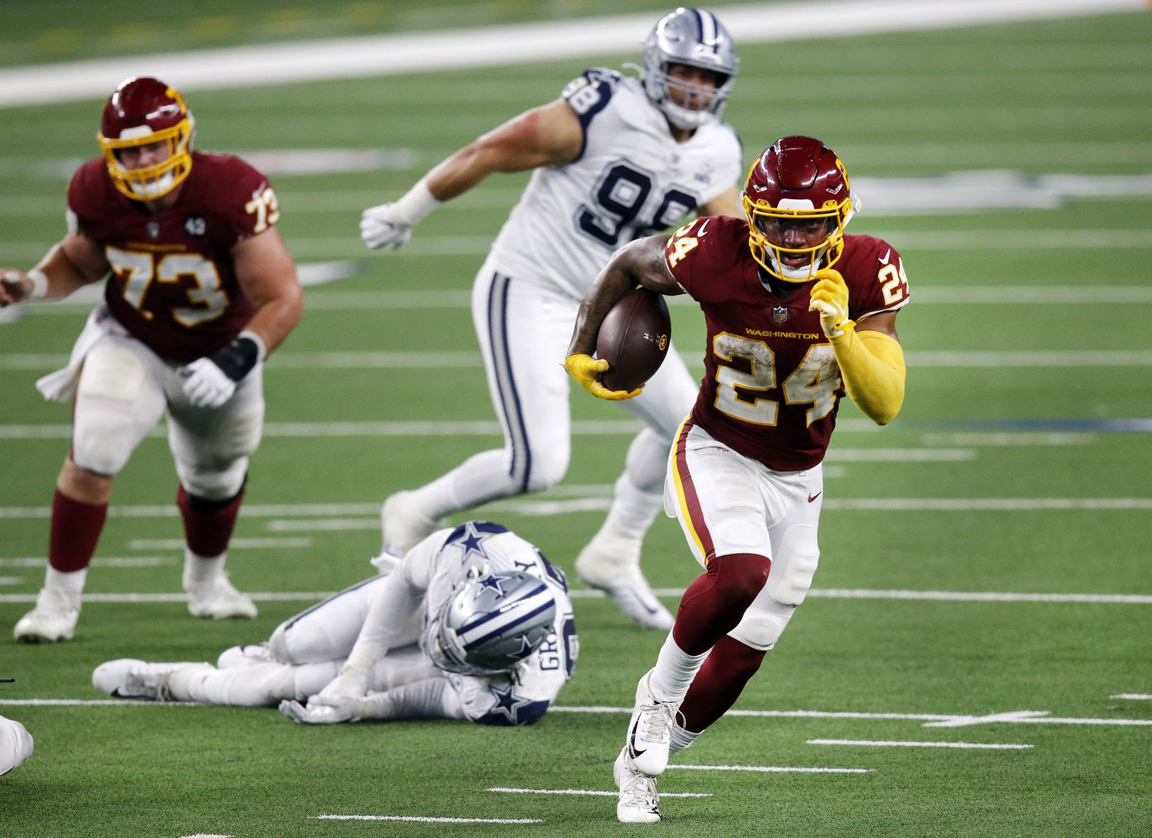 Washington Football Team running back Antonio Gibson (24)breaks way for an easy fourth quarter touchdown run at AT&T Stadium in Arlington, Thursday, November 26, 2020. The Cowboys lost, 41-16. (Tom Fox/The Dallas Morning News)