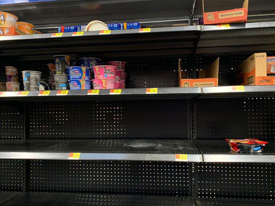En el supermercado La Azteca, en el sur de Dallas, algunas personas se volcaron por los productos de limpieza y algunos alimentos como harina y arroz.