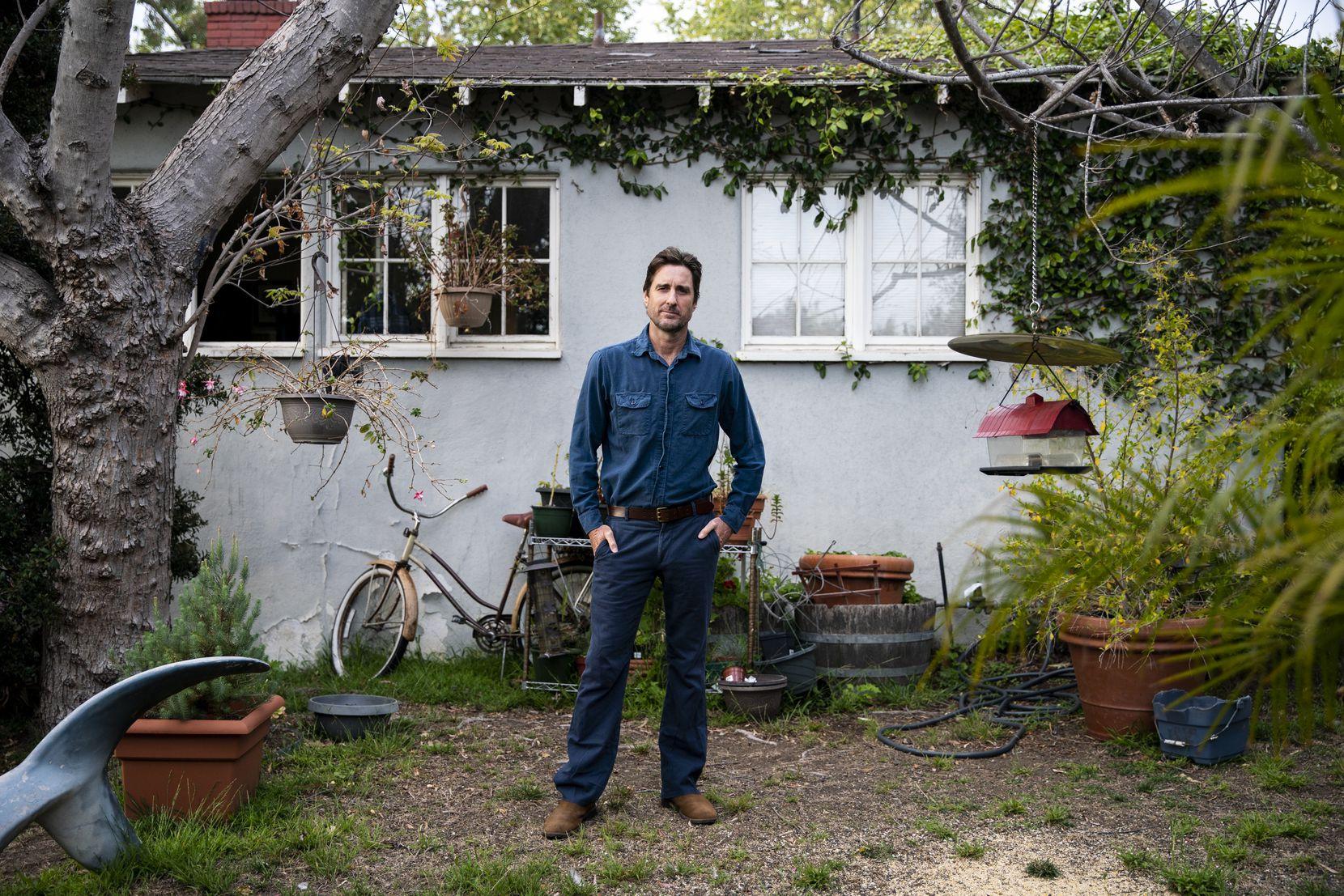 Lūks Vilsons savās mājās pozē fotogrāfijai.