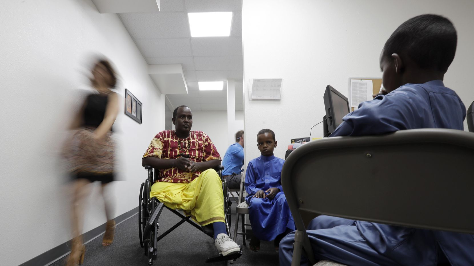 Ali Said, de Somalia, espera en San Diego en un centro de refugiados con sus dos hijos. (AP/GREGORY BULL)