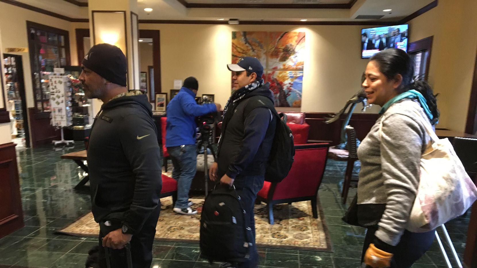 De izquerda a derecha: Edgar García, 45 años, Enrique Almanza, de 39, y Catalina Ramírez, de 41, llegando a un hotel en el Metroplex, después de una jornada de 12 horas en autobús, desde México. Foto Javier Giribet/Especial para Al Día