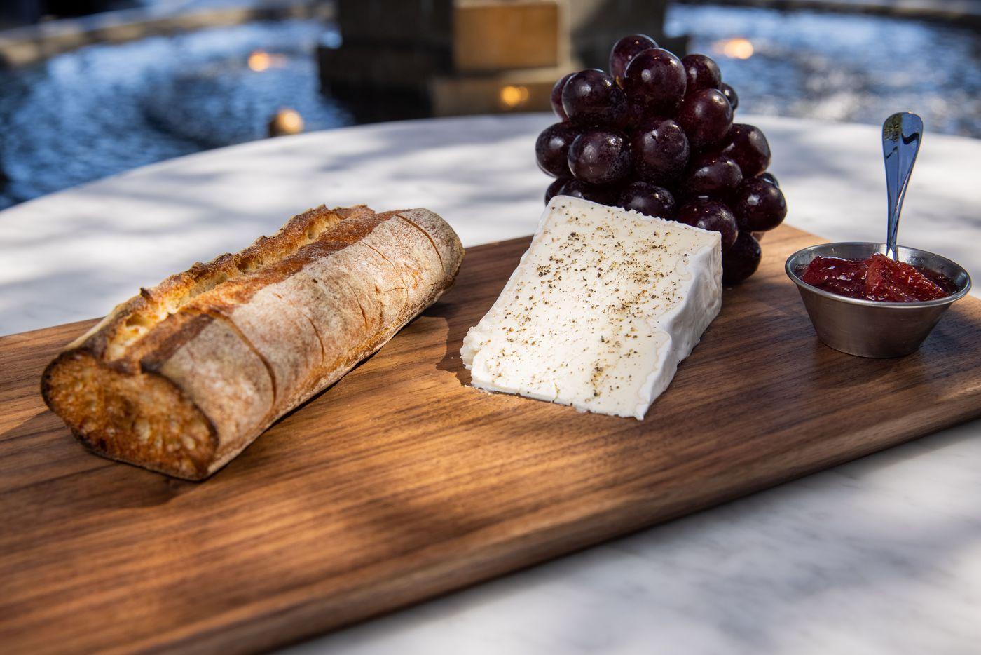 Délice de Bourgogne Cheese board