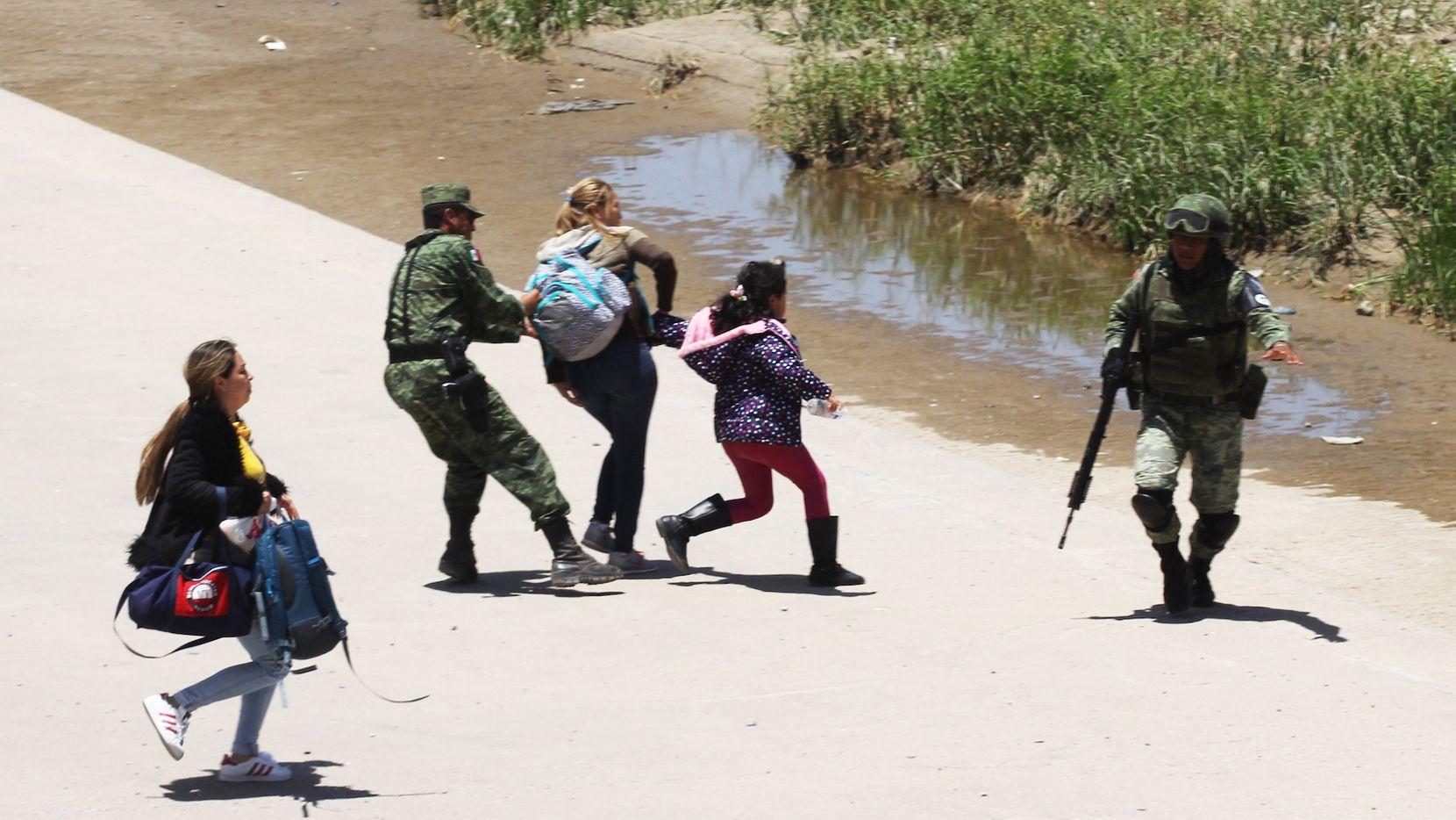 Elementos de la Guardia Nacional de México tratan de evitar que migrantes crucen el Río Grande de México hacia Estados Unidos. HERIKA MARTINEZ/AFP/Getty Images)