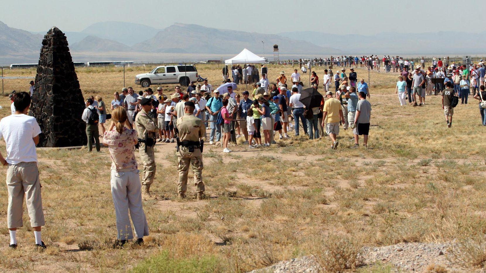 Visitantes rodean el sitio está el monumento llamado Trinity Site, el lugar donde se probó por primera vez una bomba atómica. AP