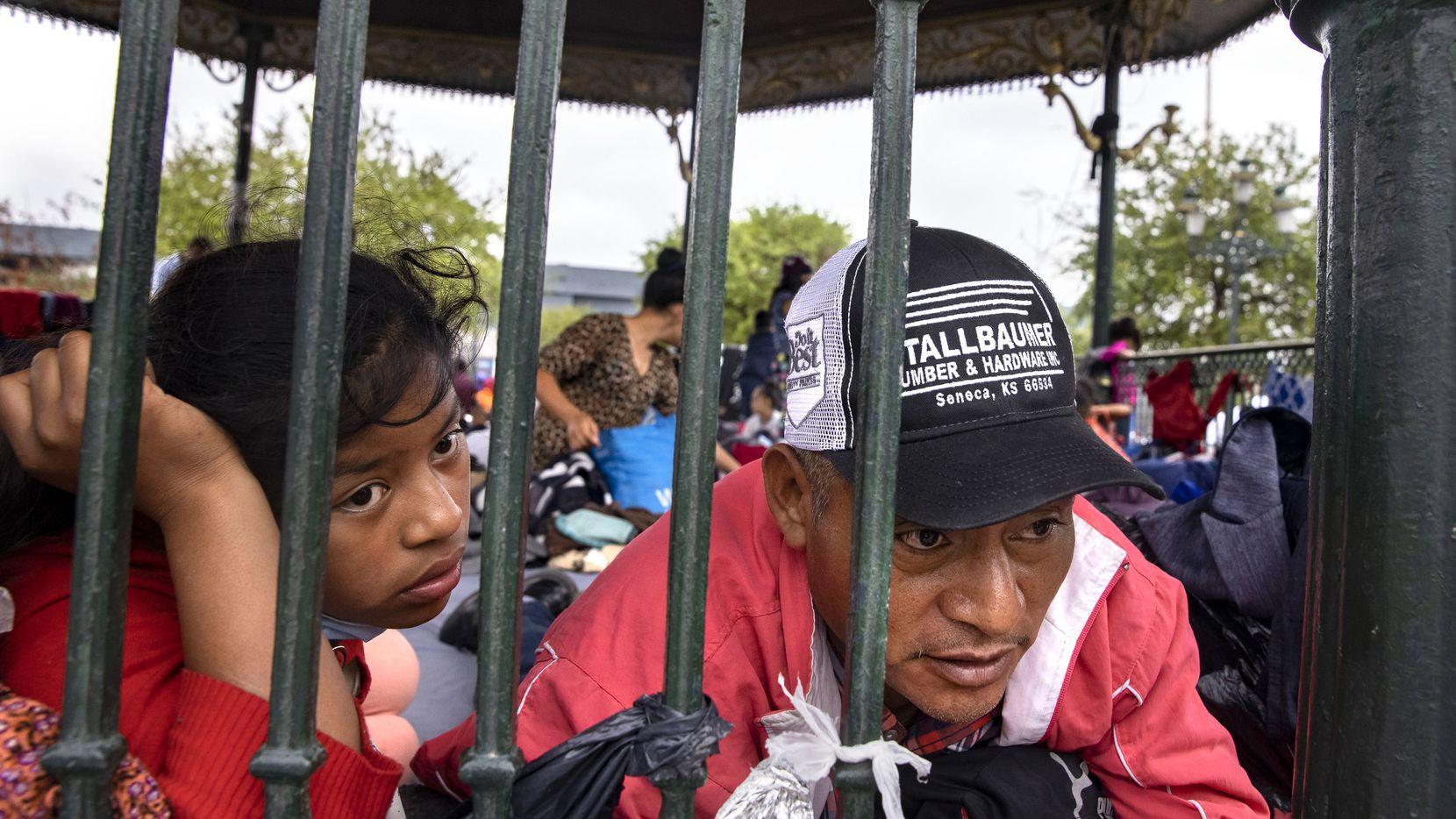 El guatemalteco Laureano Sánchez (der.) junto a su hija Elvia Karina, de 13 años son parte del grupo de miles de migrantes expulsados y devueltos a Reynosa, Tamaulipas.