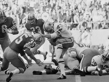 El profundo libre de los Dallas Cowboys, Cliff Harris (43), trata de evadir una tacleada ante los o 49ers de San Francisco, el 2 de enero de 1972 en Texas Stadium.