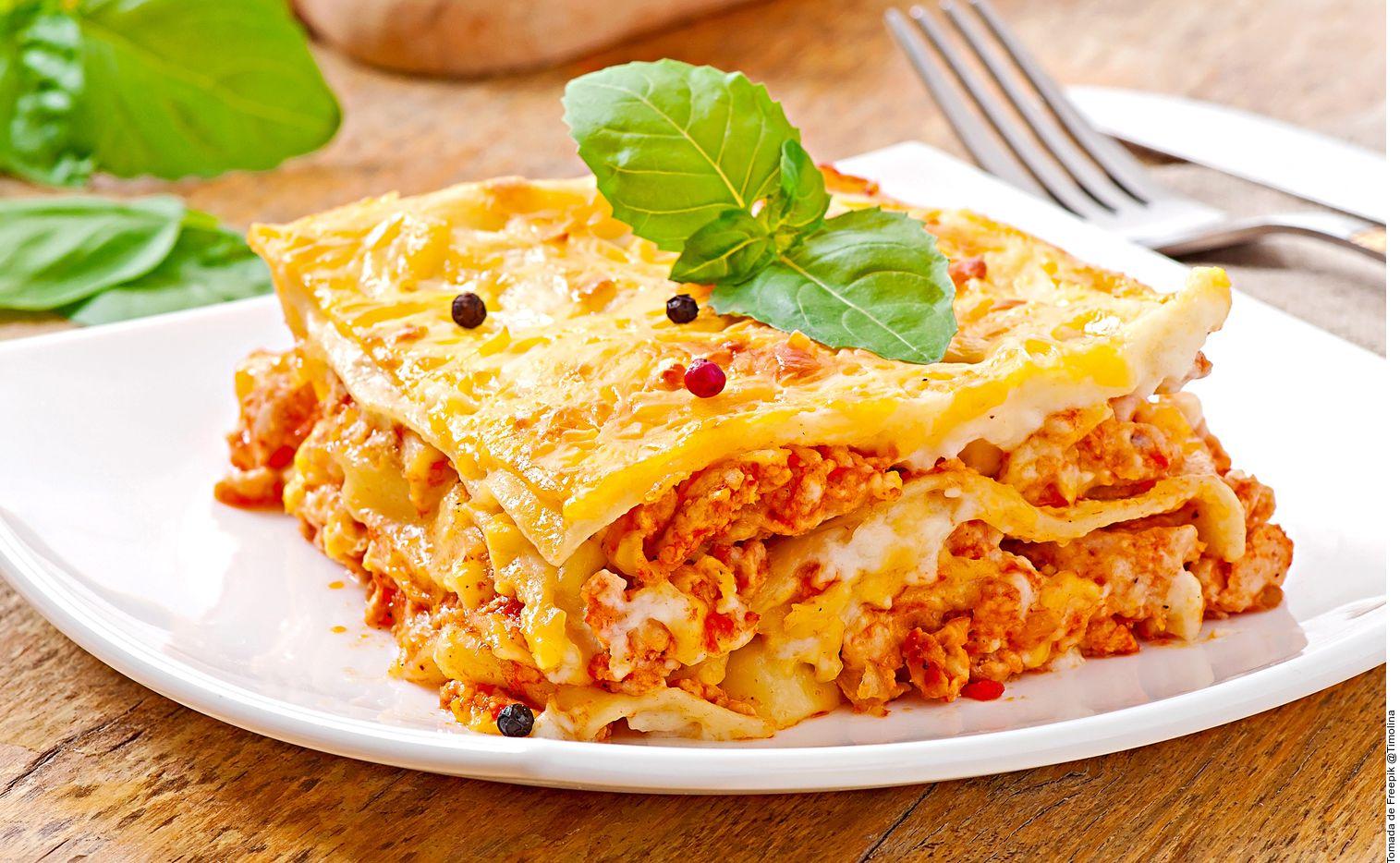 La lasaña boloñesa la puede lograr al sofreír la cebolla, la zanahoria y el apio. Agregar la carne sazonada. Cocinar por 3 minutos. Añadir la salsa, cocinar por 5 minutos y rectificar sazón.