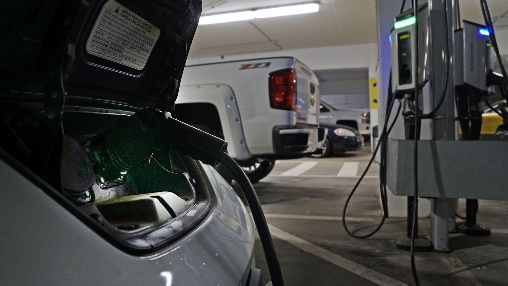 En la terminal E del Aeropuerto DFW ya hay recargadores eléctricos. En Dallas varias tiendas 7-Eleven contarán con recargadores para vehículos eléctricos.
