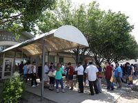 Se busca evitar que las personas esperan en exteriores con un nuevo sistema de citas, como parte de la reapertura de las oficinas para procesar licencias en Texas.
