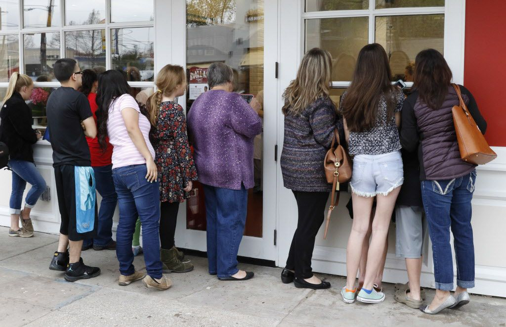 Fans peer inside of Carlo's Bakery trying to get a glimpse of Cake Boss, Buddy Valastro on Friday, March 18, 2016.  Buddy Valastro, the New Jersey pastry chef that made Carlo's Bakery famous, picked Dallas as his first Lone Star State stop. (David Woo/The Dallas Morning News)