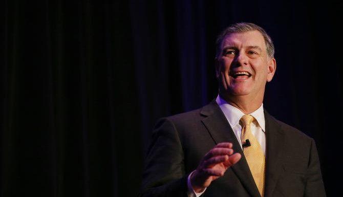 El alcalde de Dallas Mike Rawlings anunció esta semana que buscará reelegirse el año próximo. Activistas y funcionarios electos latinos dicen que deberá acercarse más a la comunidad si quiere ganarse nuevamente el voto hispano. (DMN/ANDY JACOBSOHN)