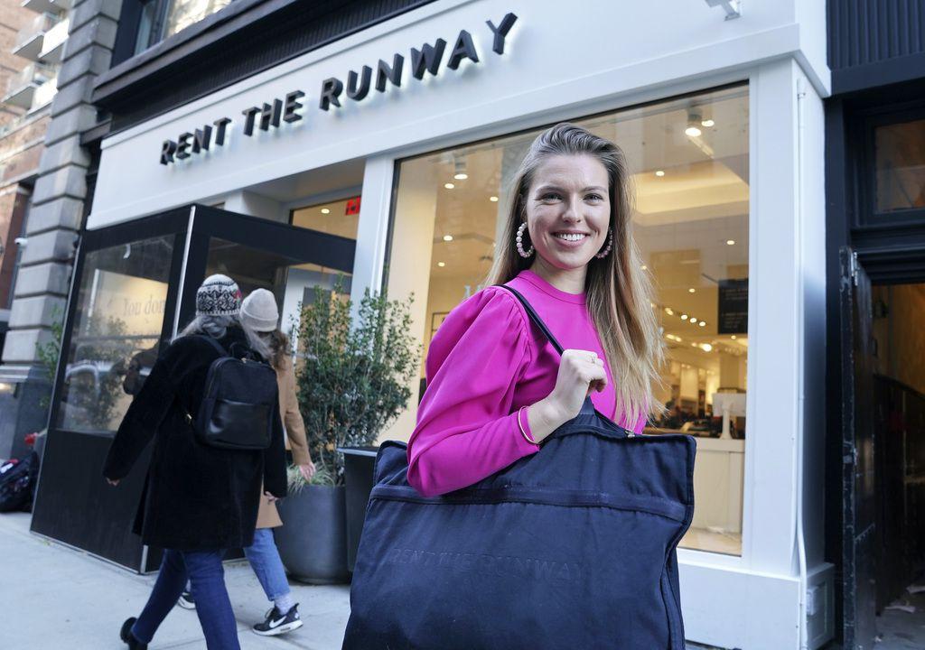 Lo más usual a la hora de rentar ropa es que los clientes tengan que dejar su bolsa de ropa en la oficina de correos. Rent the Runway tiene cinco tiendas y casi 50 puntos de entrega.