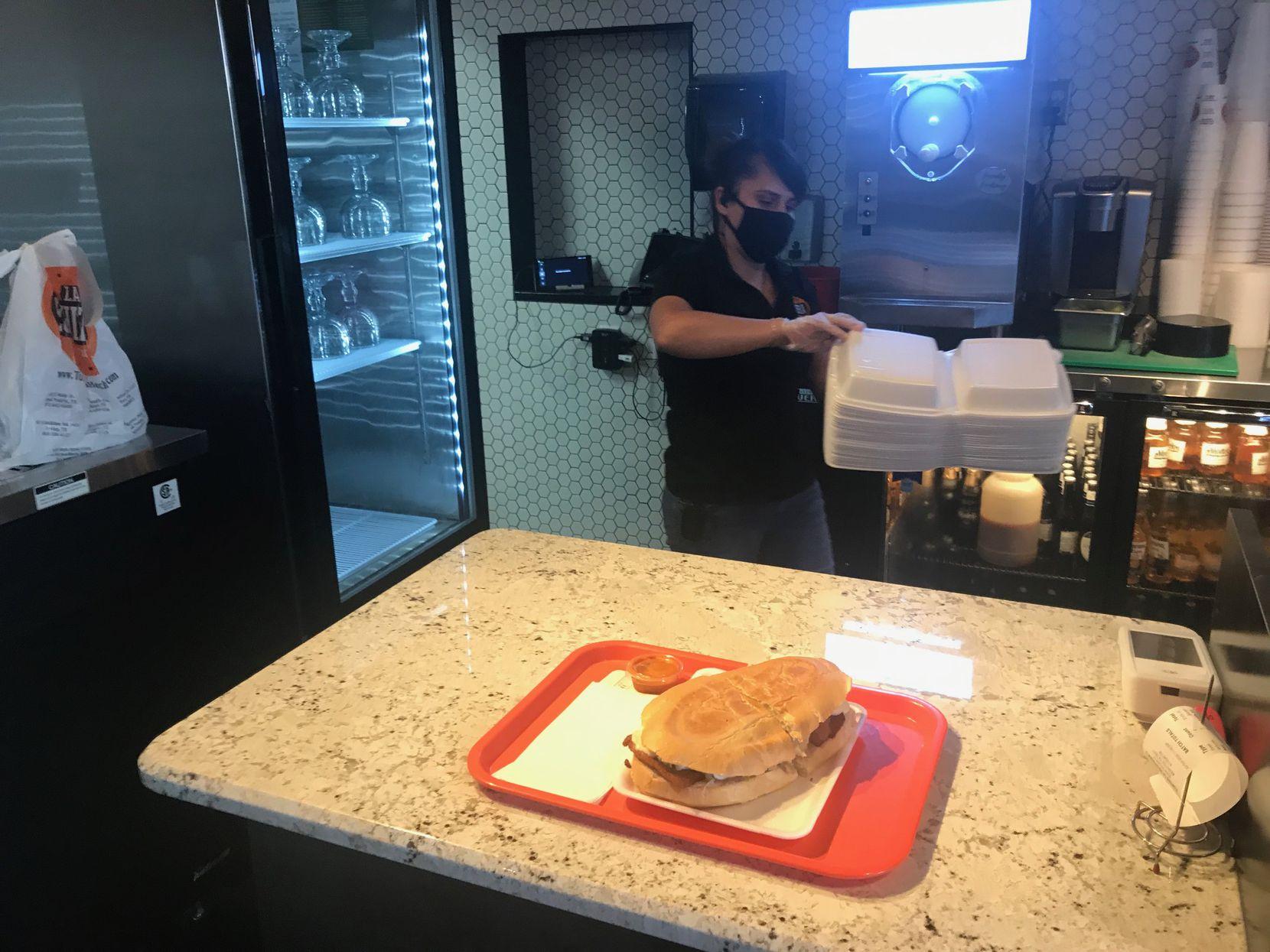 Paulina Trejo acomoda unos contenedores de comida para llevar en el restaurante Tortas La Hechicera de Arlington, el 21 de octubre de 2020.