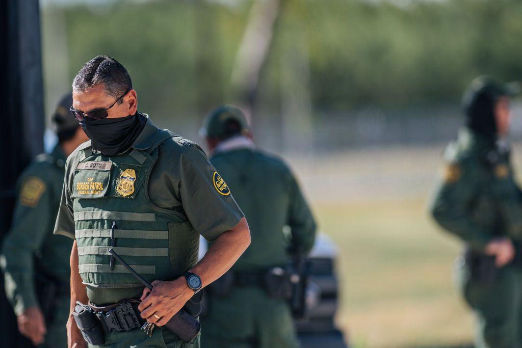 Agentes de la Patrulla Fronteriza trabajan en un punto de entrada cerca del Puento Internacional Del Río, el 22 de septiembre de 2021, en Del Río, Texas.