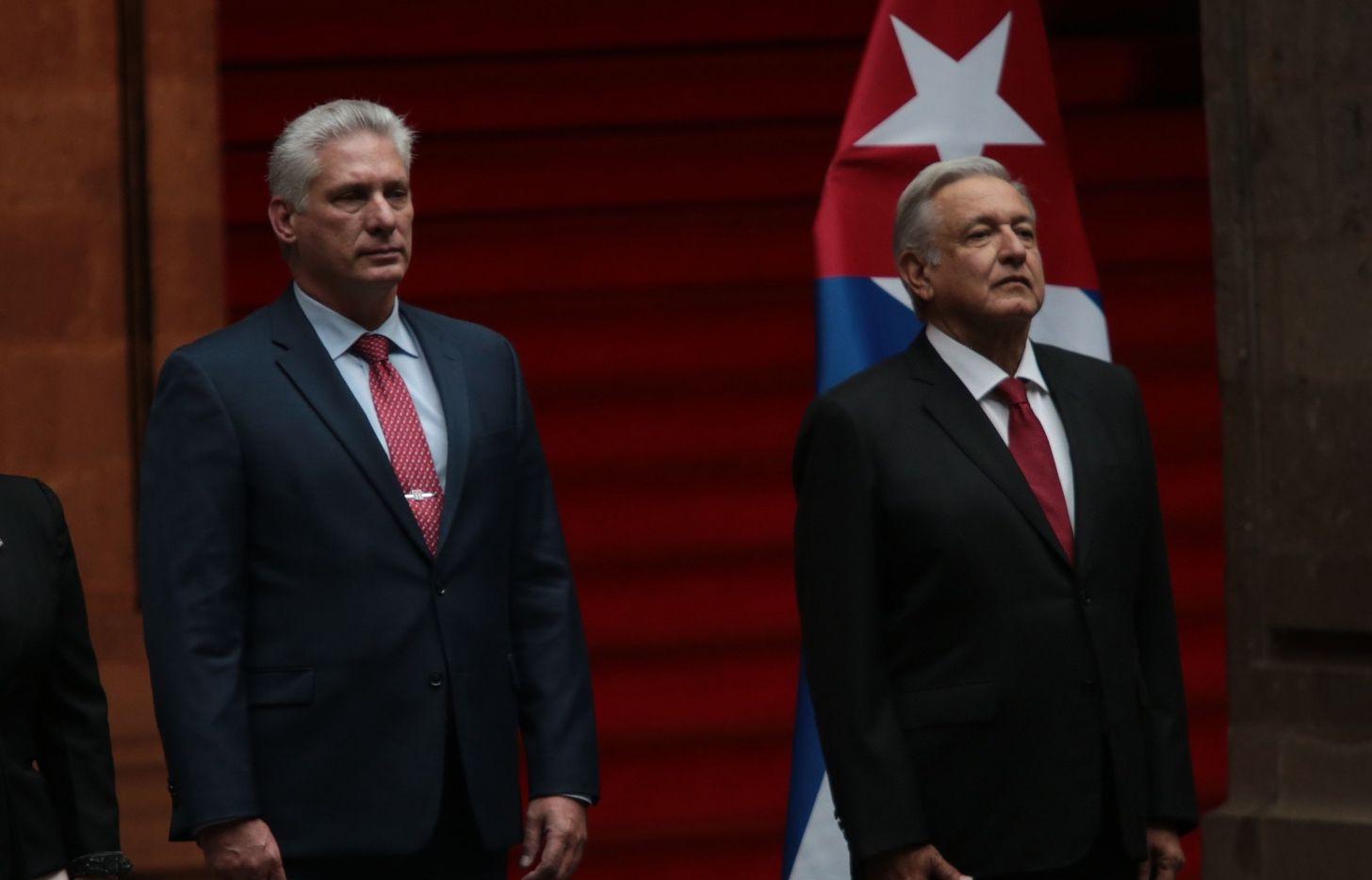 Miguel Díaz-Canel (izq.), presidente de Cuba y Andrés Manuel López Obrador, mandatario de México.