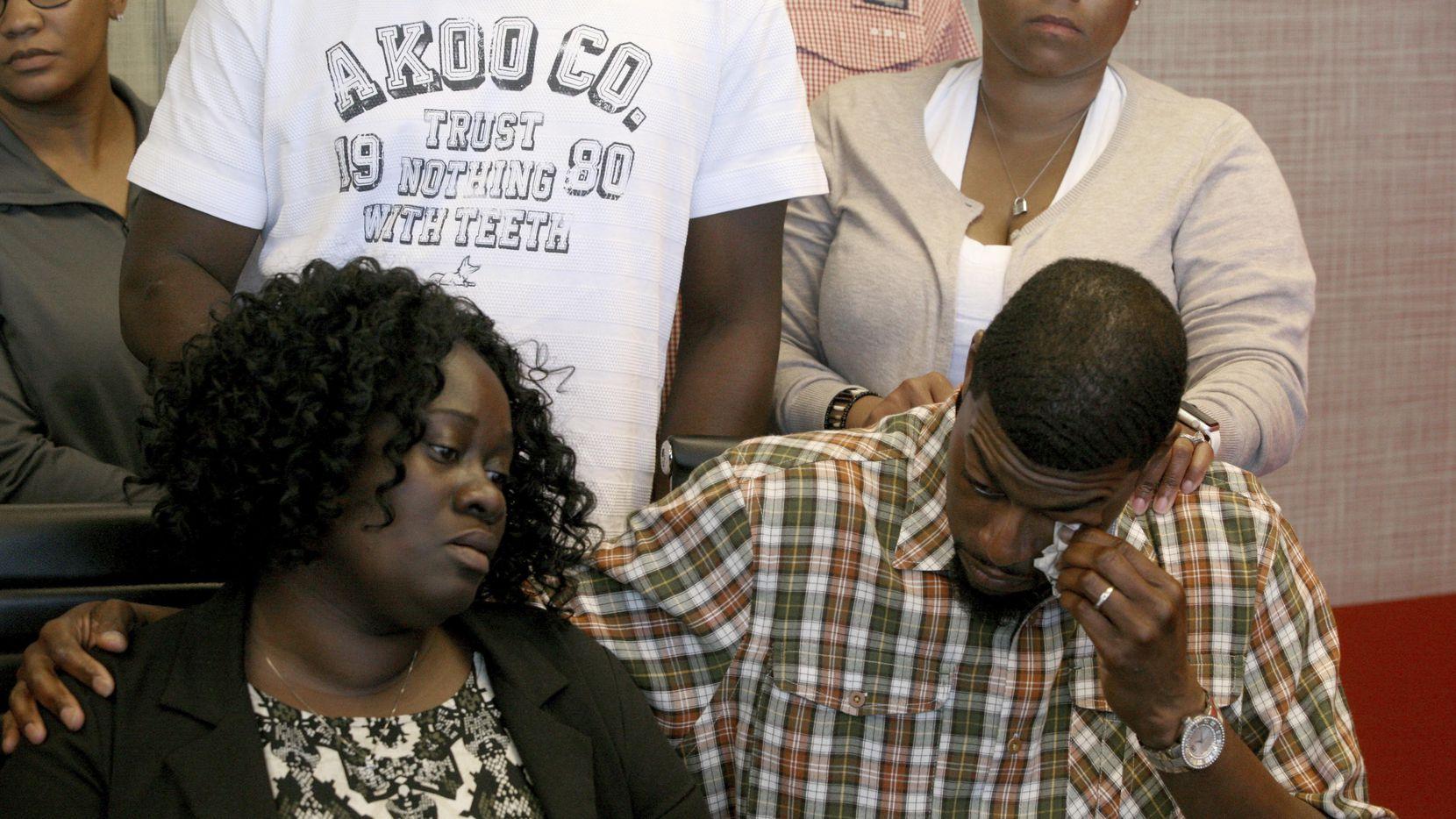 Los padres de Jordan Edwards, Charmaine y Odell, durante una rueda de prensa el lunes. La policía de Balch Springs cambió su versión sobre la muerte del joven a manos de un policía. (DMN/GUY REYNOLDS)