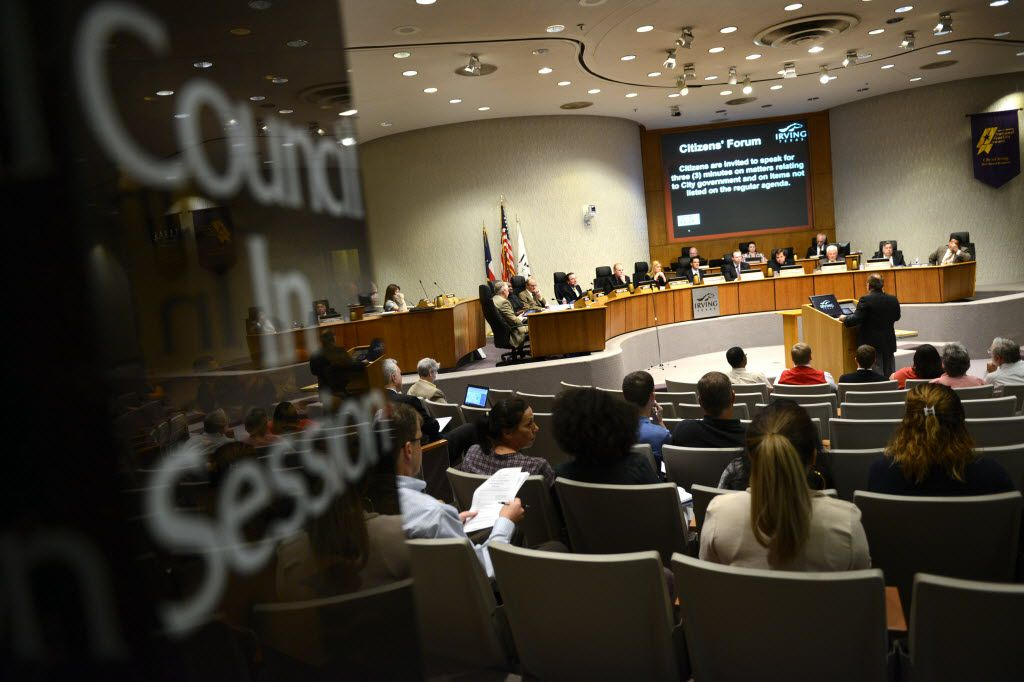 Residents and city staff attend an Irving City Council meeting. (Rose Baca/Staff Photographer)