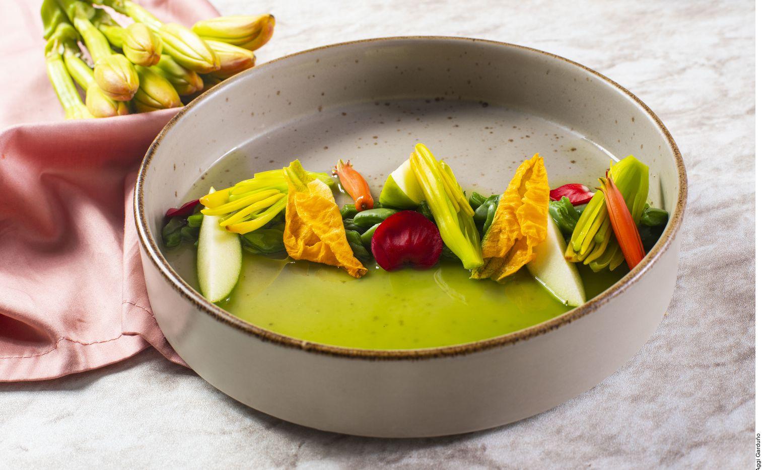 El ceviche de nopales y flores se logra al curar los nopales en agua con sal. Dejar reposar 5 minutos, enjuagar y escurrir. Licuar los jugos con el echalote, los tomates y las hojas. Sazonar y colar.