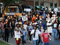 Las protestas de este fin de semana tuvieron un desenlace violento en Dallas, por lo que la Policía de la ciudad decretó un toque de queda desde la noche del domingo. Aunque trabajadores esenciales y residentes son los únicos que pueden circular sin restricciones, algunos empleados temen por su seguridad.