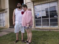 Daniel Aguilar y su esposa Layla esperan afuera de su apartamento mientras los policías investigan luego del robo de sus pertenencias. Ellos son parte del grupo de desplazados por el incendio de un complejo de apartamentos en el sur de Dallas.