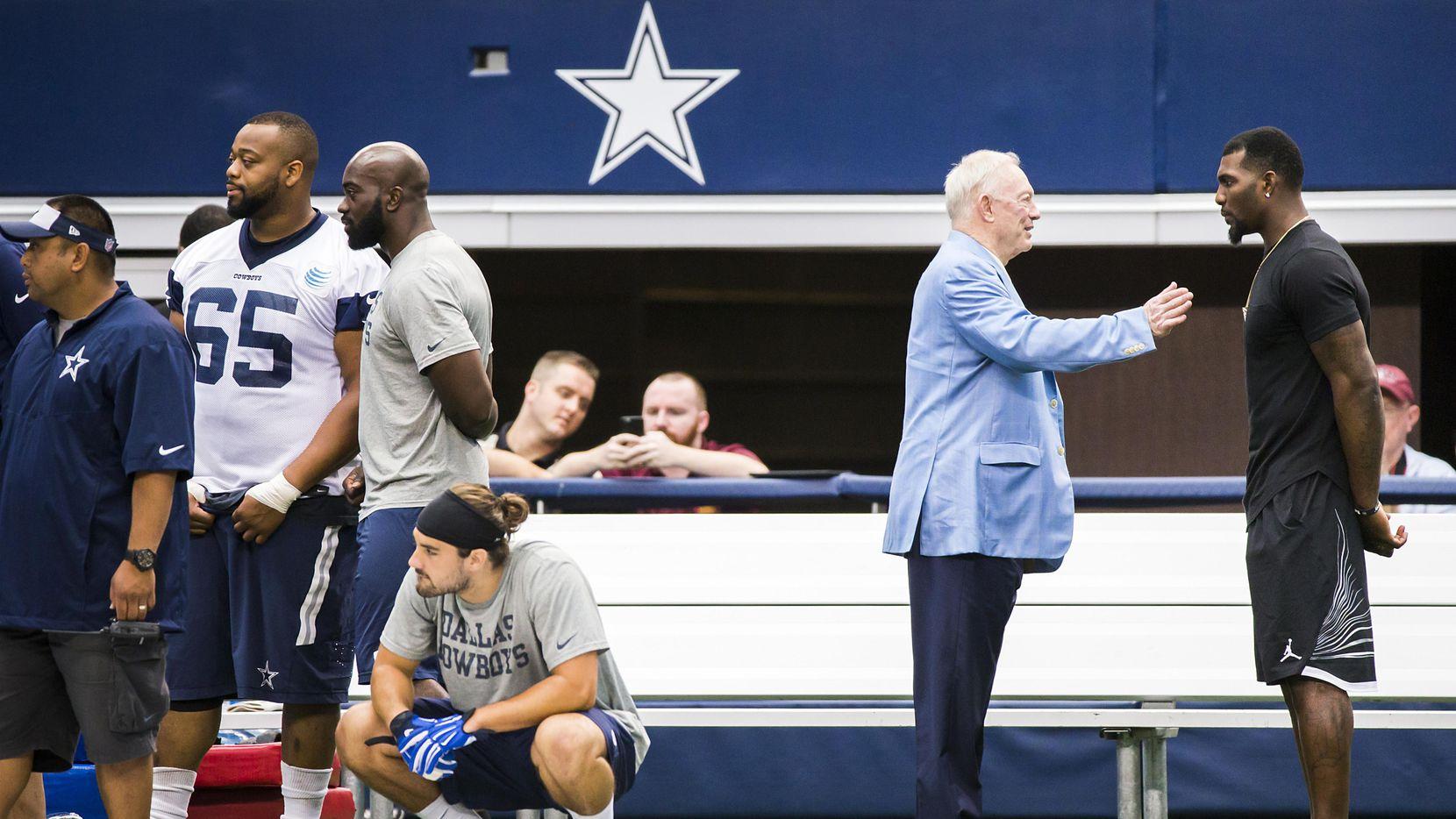 El receptor de los Cowboys, Dez Bryant (der.) escucha al dueño del equipo, Jerry Jones, durante una práctica del equipo en Arlington. (DMN/Smiley N. Pool)