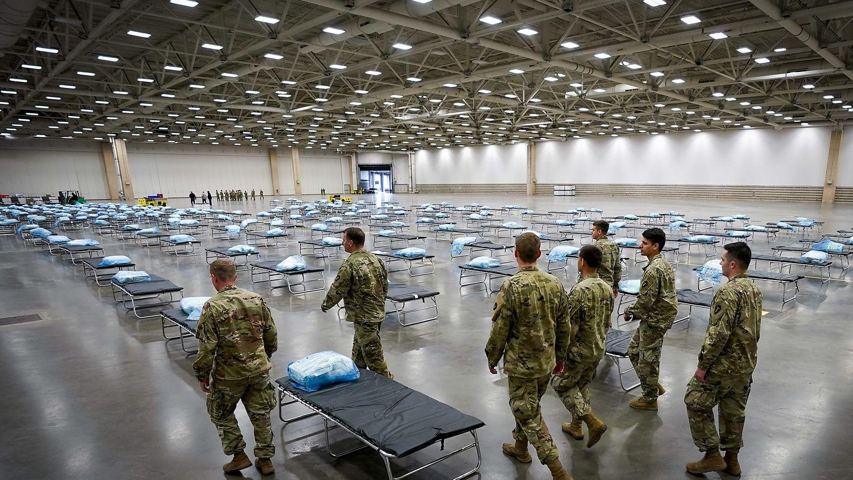 Miembros de la Guardia Nacional de Texas preparaban a finales de marzo un hospital móvil en el Centro de Convenciones de Dallas. Esta posibilidad de usar un centro médico emergente para recibir pacientes con covid-19 será revisitada este jueves.