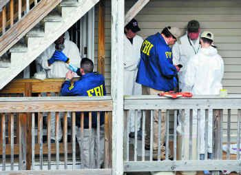 Las tasas de delitos se dispararon con la pandemia en las grandes metrópolis del país. En la fotografía, un equipo del FBI revisa la vivienda de un sospechoso de asesinato en Bridgeport, Conn.