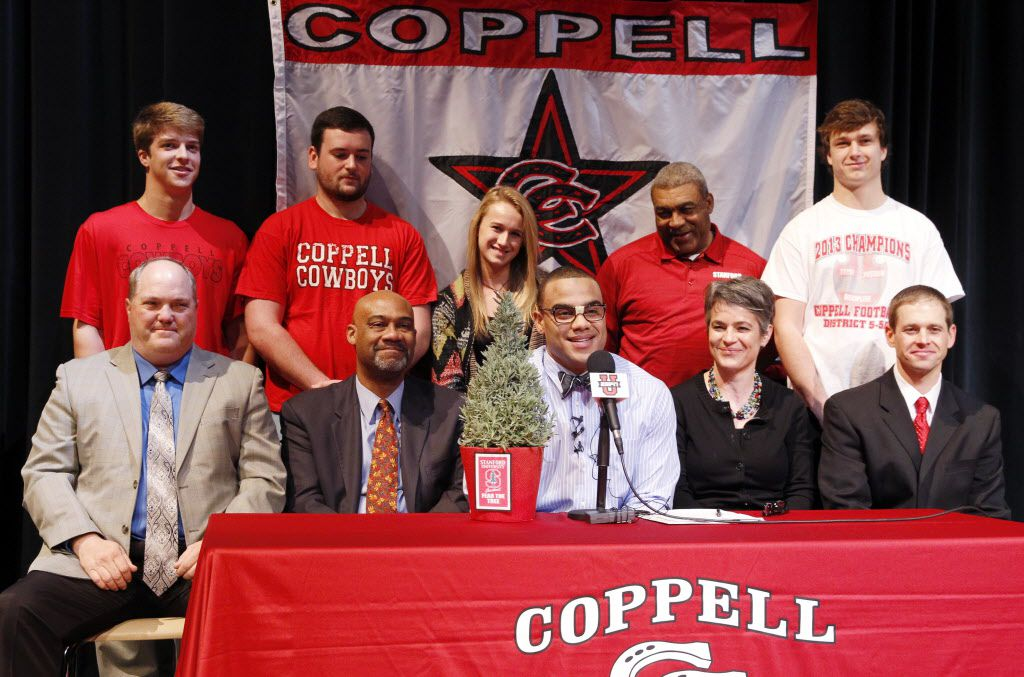Stanford signee Solomon Thomas, center, is all smiles during the National Signing Day ceremony at Coppell High School on Wednesday, February 5, 2014. David Woo/The Dallas Morning News)