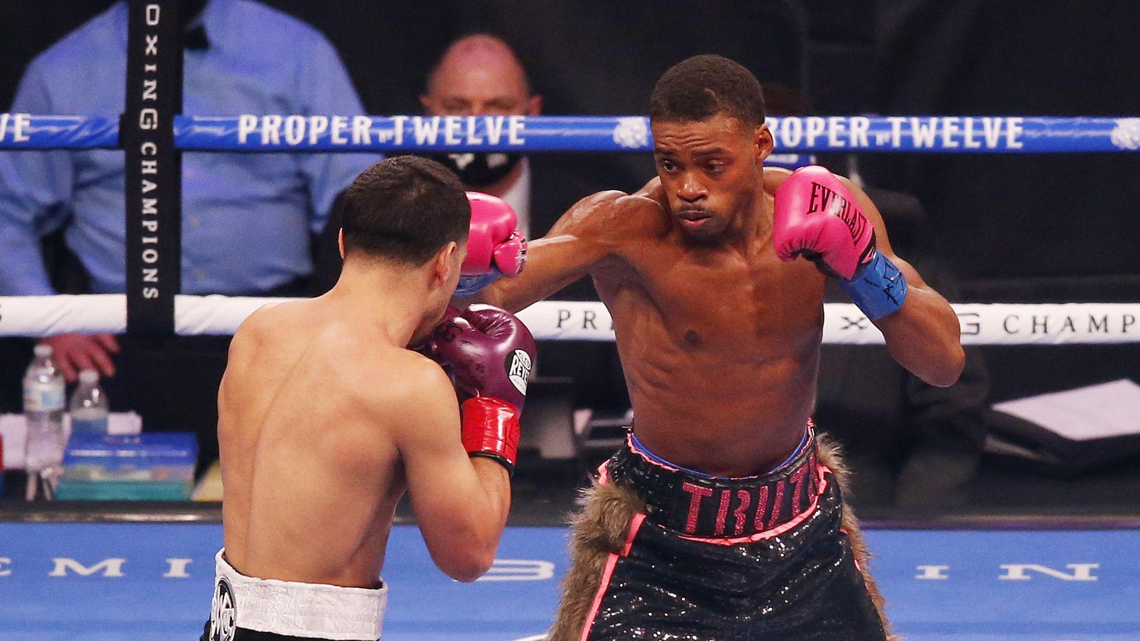 Errol Spence, Jr. (der) y Danny García pelean durante un combate de boxeo del Campeonato Mundial de peso welter  en el AT&T Stadium, el sábado 5 de diciembre de 2020 en Arlington, Texas. (Vernon Bryant / The Dallas Morning News)