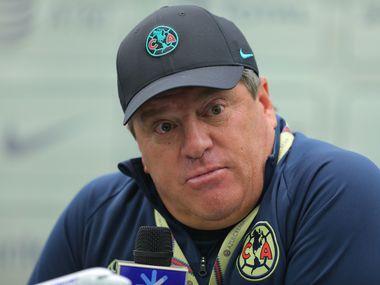 El entrenador del América, Miguel Herrera, explotó contra el arbitraje.