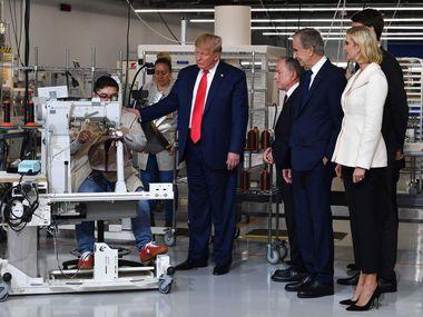 Dans l'ordre habituel: Ivanka Trump, conseillère du président;  Alexandre Arnault, PDG de Rimowa (derrière Ivanka Trump);  Bernard Arnault, président-directeur général de LVMH;  Michael Burke, PDG de Louis Vuitton;  et le président Trump visitent la nouvelle usine Louis Vuitton à Alvarado.